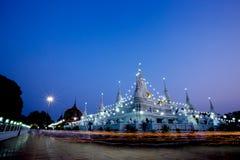 Gå med tända stearinljus i hand omkring på den Asokaram templet Royaltyfri Bild