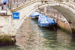 Gôndola cobertas sobre em um canal venetian, Veneza, Itália Fotos de Stock Royalty Free