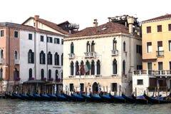 Gôndola cobertas sobre em um canal venetian, Veneza, Itália Fotografia de Stock