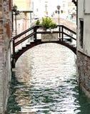 Gôndola cobertas sobre em um canal venetian, Veneza, Itália Imagens de Stock Royalty Free