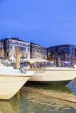 Gôndola cobertas sobre em um canal venetian, Veneza, Itália Imagens de Stock