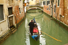 Gôndola de Veneza no canal pequeno Foto de Stock Royalty Free