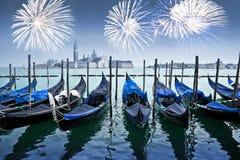 Gôndola e fogos-de-artifício com San Giorgio Maggiore no fundo, Veneza imagem de stock