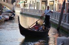 Gôndola em um canal de Veneza Imagem de Stock