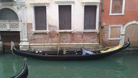 Gôndola em um canal de Veneza Itália fotografia de stock