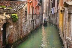 Gôndola em um canal, Veneza, Italia imagem de stock