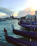 Gôndola em Veneza - ajardine em Veneza - construções em Veneza no por do sol Fotografia de Stock