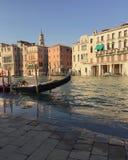 Gôndola em Veneza - ajardine em Veneza - construções em Veneza no por do sol Imagem de Stock