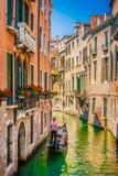 Gôndola no canal em Veneza, Italy Imagem de Stock