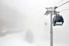 Gôndola no tempo da névoa em Rosa Khutor, Sochi Fotos de Stock Royalty Free