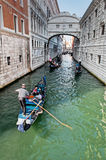 Gôndola que passam a calha a lagoa Venetian Imagem de Stock
