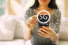 5G netwerk met vrouw die een smartphone gebruiken royalty-vrije stock foto