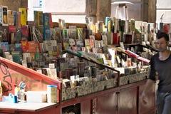 g?nova Banco de libros usados en la plaza Colombo foto de archivo