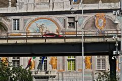 G?nova, Italia 04/05/2019 El camino elevado y en el fondo Palazzo San Jorge imagen de archivo