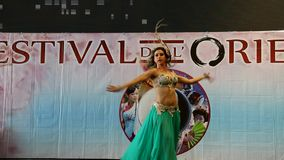 G?nova Italy-09-03-2019: Danza de vientre en el festival del Oriente en G?nova almacen de metraje de vídeo