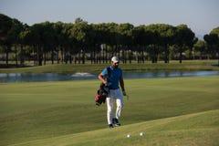 Gå och bärande påse för golfare Royaltyfria Foton