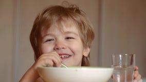 G?odny ch?opiec ?asowanie Dzieci?stwo Dzieciak ch?opiec je zdrowego jedzenie w domu U?miechni?ta szcz??liwa urocza dziecka ?asowa zbiory