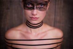 görar randig kvinnan Fotografering för Bildbyråer
