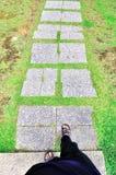 Gå på trottoaren Arkivbilder