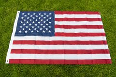 G?r Amerika stor igen Bakgrund för grönt gräs för amerikanska flaggan Nationellt symbol Amerikansk medborgarskap och patriotism royaltyfri fotografi