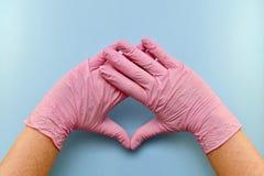 G?ra en gest, tysta ned, med en behandskad tumme upp royaltyfri fotografi