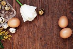 Gęsi jajko, kurny jajko i przepiórki jajko na drewnianym tle, Zdjęcia Stock