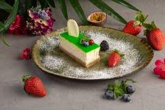 G?teau au fromage en bambou d'un plat et d'un fruit verts photographie stock