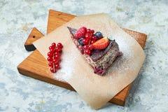 G?teau de baie de cerise Fond texturis? gris Beaux plats de portion Dessert Cha?ne alimentaire images libres de droits