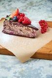 G?teau de baie de cerise Fond texturis? gris Beaux plats de portion Dessert Cha?ne alimentaire image stock