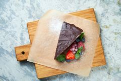 G?teau de chocolat Fond texturis? gris Beaux plats de portion Dessert Cha?ne alimentaire image libre de droits