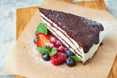G?teau de chocolat Fond texturis? gris Beaux plats de portion Dessert Cha?ne alimentaire photo libre de droits