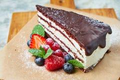 G?teau de chocolat Fond texturis? gris Beaux plats de portion Dessert Cha?ne alimentaire images stock