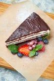 G?teau de chocolat Fond texturis? gris Beaux plats de portion Dessert Cha?ne alimentaire photos stock