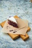 G?teau de lavande Fond texturis? gris Beaux plats de portion Dessert Cha?ne alimentaire image stock