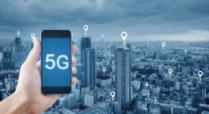 5G technologie en Internet-netwerkverbinding Hand die mobiele smartphone houden die 5g-technologie gebruiken royalty-vrije stock foto