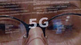 5G tekst op achtergrond van ontwikkelaar stock video