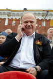G.Zyuganov fala no telefone de pilha no dia da vitória Foto de Stock Royalty Free