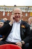 G.Zyuganov spricht auf Handy am Siegtag Lizenzfreies Stockfoto