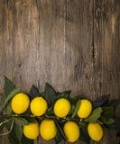 Gałąź świeże soczyste Sycylijskie cytryny na drewnianym tle Zdjęcia Royalty Free
