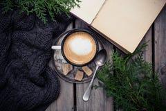 Gałąź świerczyna, ciepły pulower i filiżanki kawa z cukierem, fotografia royalty free
