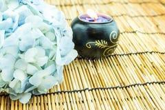 Gałąź bławy hortensja kwiat z świeczką na bambusowym bli Obrazy Stock