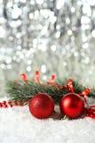 Gałąź choinka z piłkami na śniegu, zamyka up Zdjęcia Royalty Free