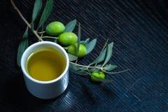 Gałąź drzewo oliwne z zielonej oliwki jagodami i nakrętką świeży o Obrazy Royalty Free