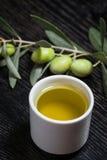 Gałąź drzewo oliwne z zielonej oliwki jagodami i nakrętką świeży o Obrazy Stock