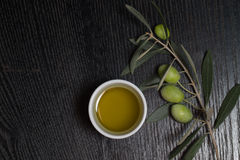 Gałąź drzewo oliwne z zielonej oliwki jagodami i nakrętką świeży o Obraz Royalty Free