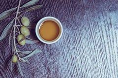 Gałąź drzewo oliwne z zielonej oliwki jagodami i nakrętką świeży o Obraz Stock
