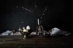 Gałąź wierzby i przepiórki jajka na drewnianym stole Być może obrazy stock