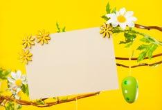 Gałąź - z Wielkanocnymi jajkami, kwiatami i Pustą kartą, Zdjęcia Royalty Free