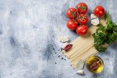 Gałęziaści pomidory i ziele na popielatym tle Obrazy Stock