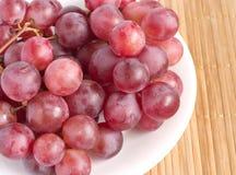 gałęziastego clo winogrona talerza czerwony słomiany tacy biel Zdjęcia Royalty Free